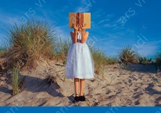 Bildergebnis für lesendes mädchen strand